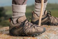 Overseas couple robbed on hiking trails